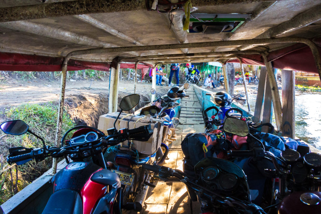 Rio Magdalena - Vélos et motos dans la barque