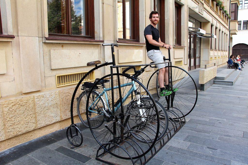 Simon essaye un autre type de monture à Bratislava, Slovaquie