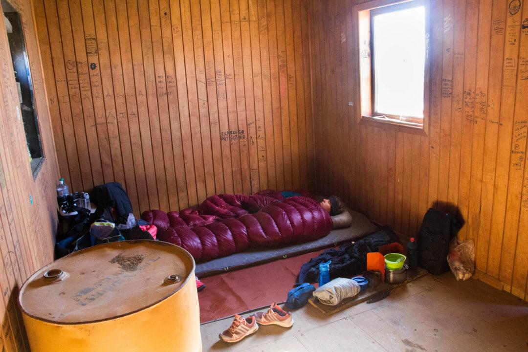 En Terre de Feu, pour dormir à l'abri du vent, nous nous trouvons parfois de drôles d'abri, comme cette cabane, à Onaisin
