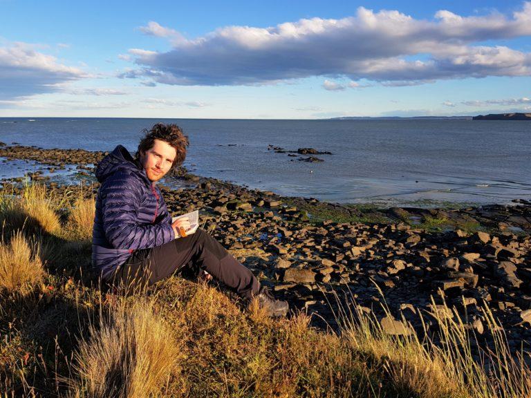 Simon, face à l'océan Atlantique, au Cabo Auricosta, Terre de Feu, Argentine