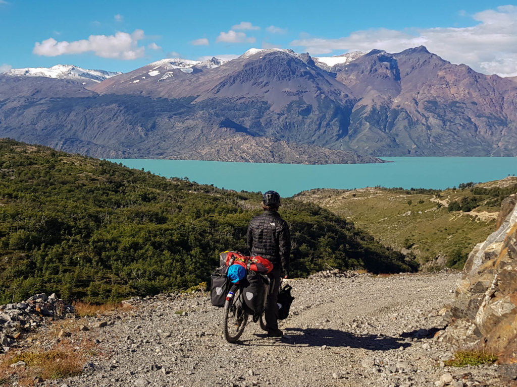 L'arrivée sur la Carretera Austral : Simon face au lac O'Higgins