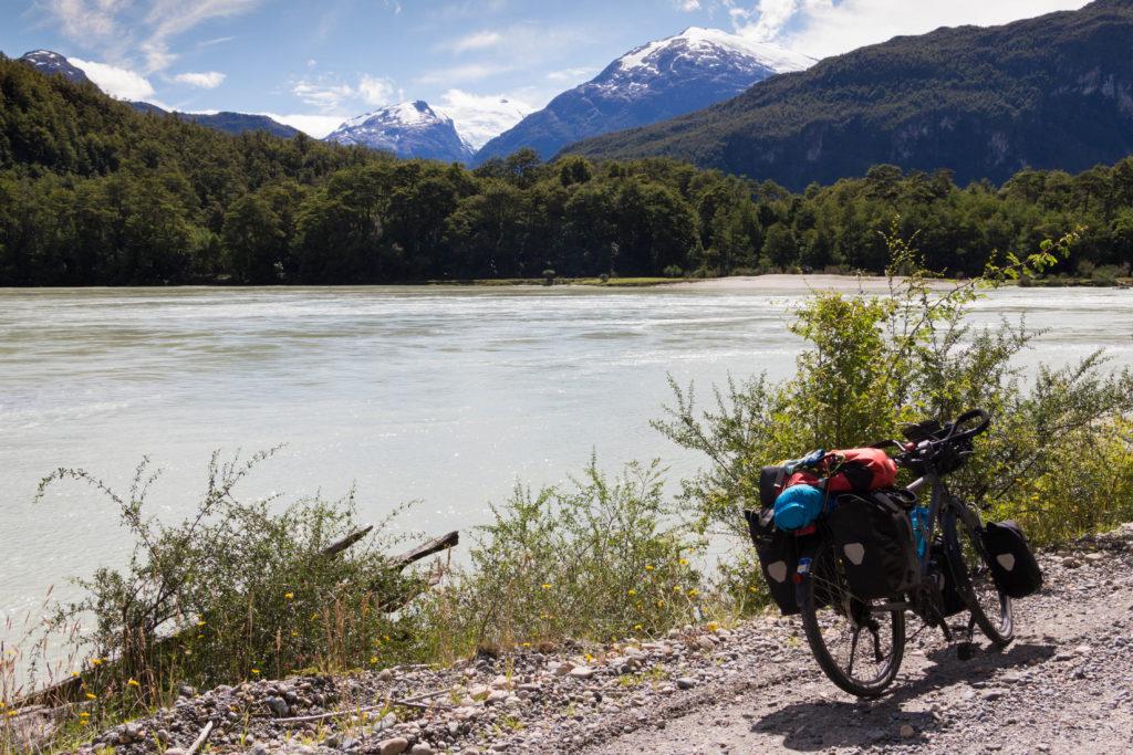 Le vélo de Simon au bord d'un lac, sur la Carretera Austral