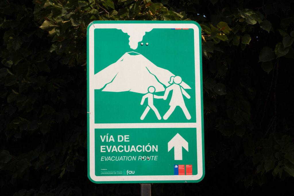 Un panneau qui montre la voie d'évacuation en cas d'éruption du volcan Villarrica, un des volcans les plus actifs du Chili
