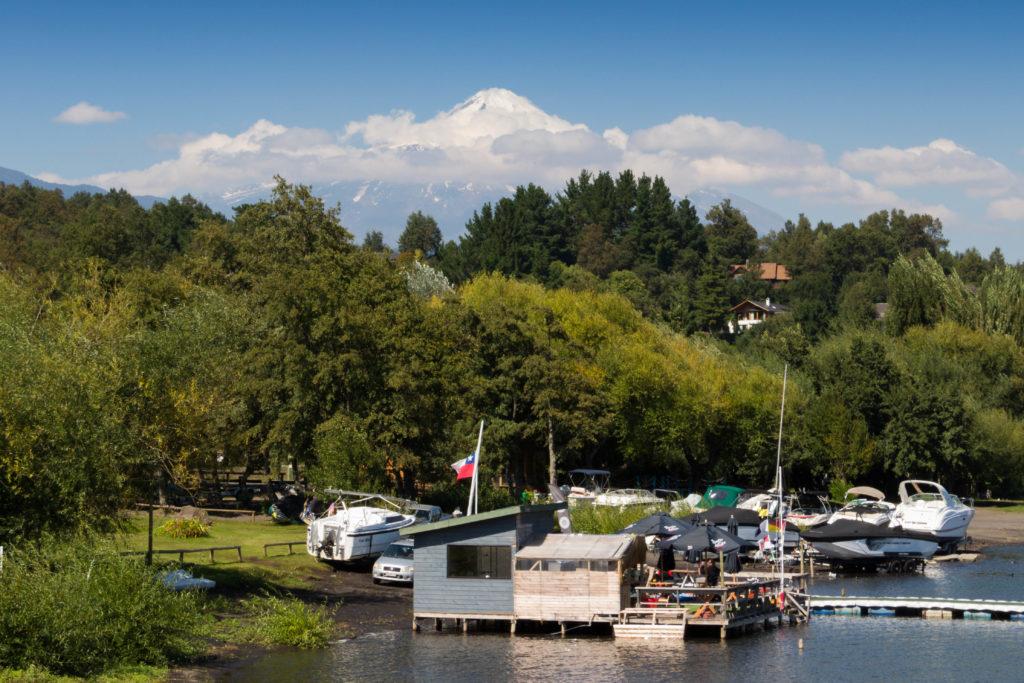 Vue du volcan Villarrica, au bord du lac, à Pucon, Chili