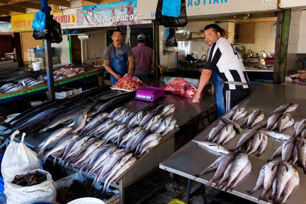 Les poissonniers et leur étal, à Tomé