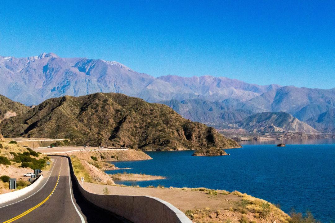 Avant d'arriver à Mendoza, en redescendant du col Cristo Redentor, nous longeons le lac de Potrerillos