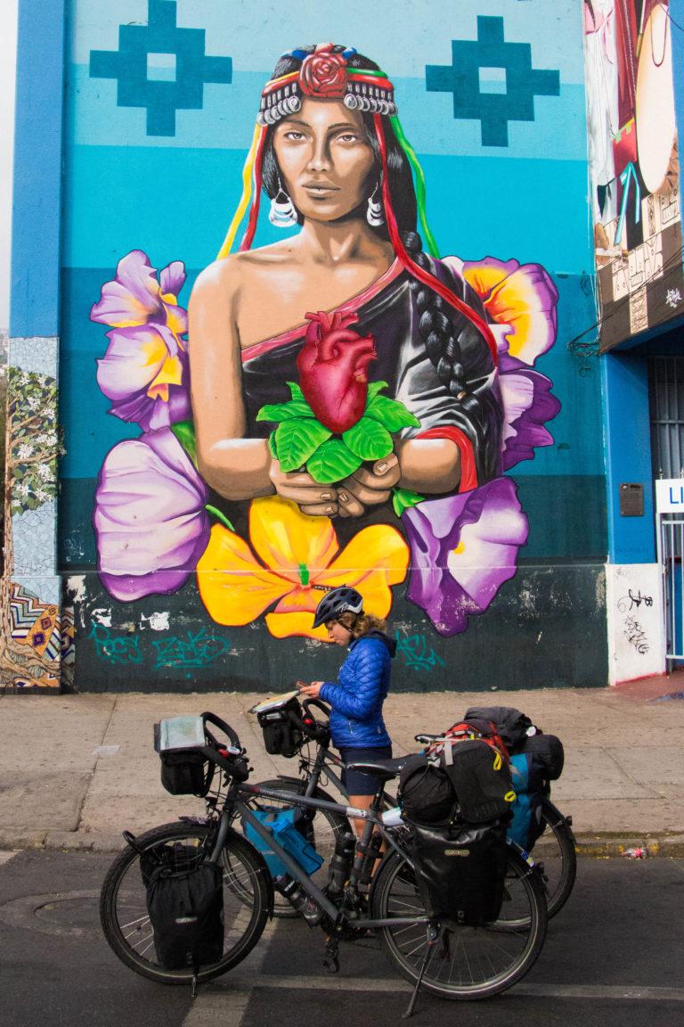 Pauline, face à un mural représentant une Mapuche (minorité indienne) du Chili, à Valparaiso