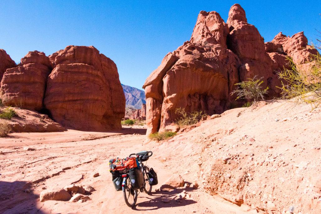 Le vélo de Simon, au milieu de la Quebrada de las Conchas, au nord de Cafayate, Argentine