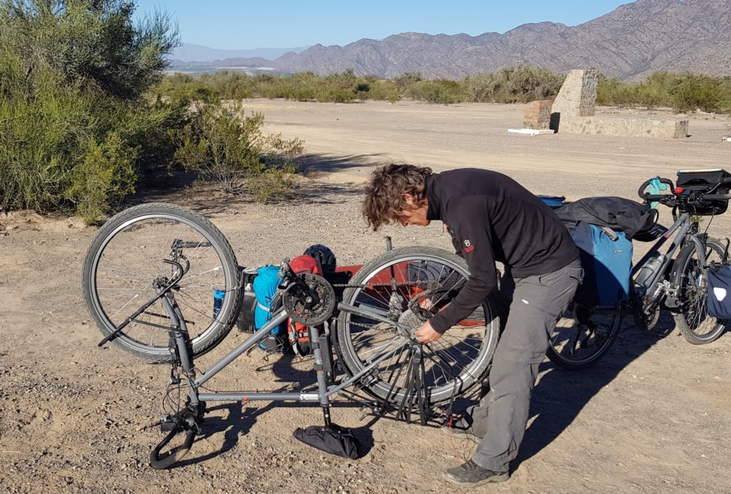 Réparation d'une crevaison avant de prendre la route