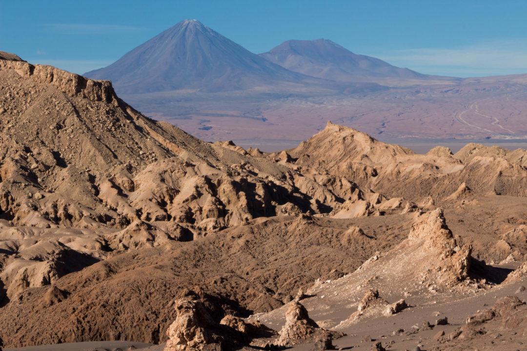 Le volcan Licancabur, vu depuis la Vallée de la Lune, San Pedro de Atacama, Chili