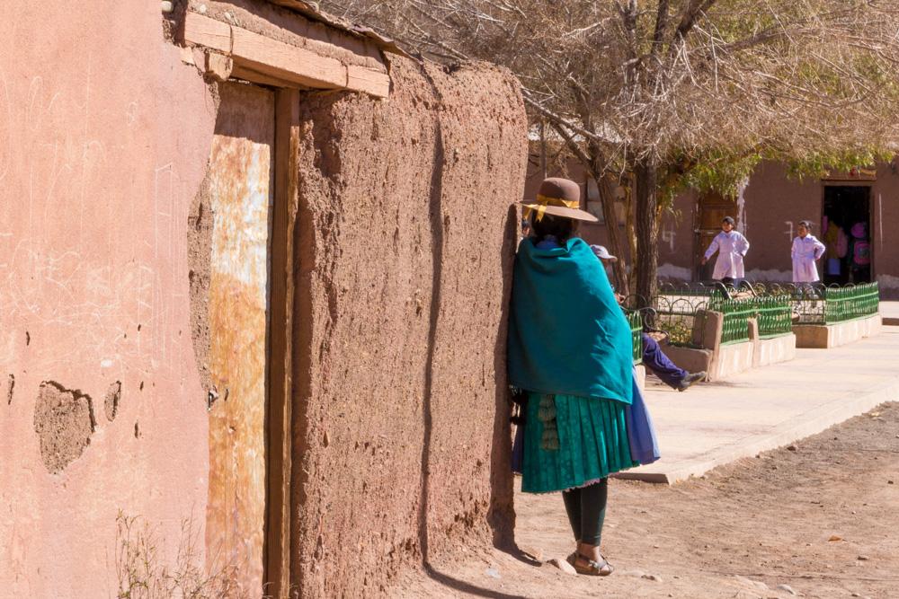 Une bolivienne en habits traditionnels, au village de Tica-Tica, entre Uyuni et Potosi