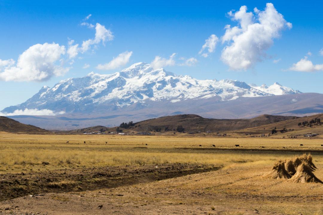 La vue du Nevado Illampu, depuis la rive bolivienne du lac Titicaca