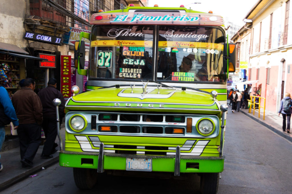 Un mini-bus comme il en existe tant à La Paz