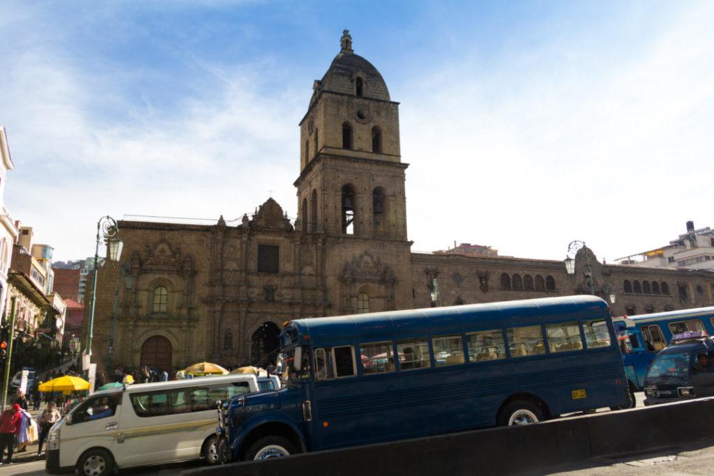 Le trafic devant l'église San Francisco, à La Paz