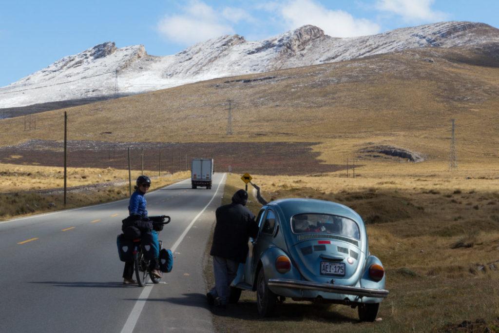 Entre Huancayo et Cerro de Pasco - Pauline sur la route qui parle à un péruvien